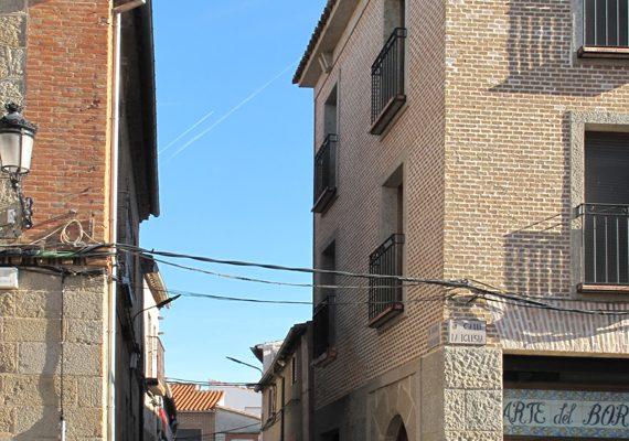 Edificio de cuatro viviendas y locales en Lagartera (Toledo)